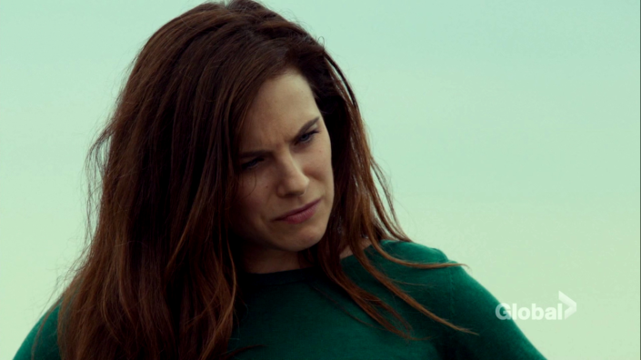 mary_kills_people_caroline_dhavernas_beach_2